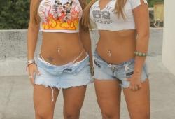 gemelas-topless-tanga-camiseta-mojada-01