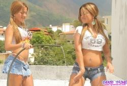 gemelas-topless-tanga-camiseta-mojada-03