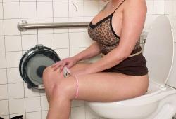 madura-follando-en-lavabo-01